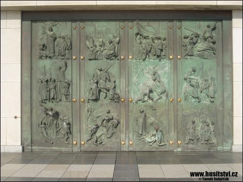 Praha (Žižkov) – výlisky na dveřích budovy pamětního komplexu
