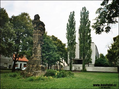 Kolín – památník Jana Husa s kostelem CČSH