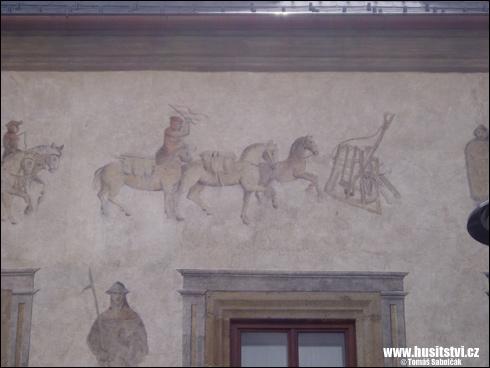 Tábor – fasáda domu s husitskými motivy na táborském náměstí