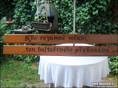 Husinec - Husovy citáty na opěradlech laviček