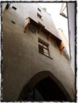 Biskupský dvůr, kde byly v roce 1410 spáleny Wycliffovy spisy, dnes již neexistuje. Zachovala se pouze jedna z gotických věží. copyright =