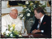 Papež Jan Pavel II. byl jediným papežem v historii, který veřejně projevil lítost nad Husovým upálením. Zde na fotografii spolu s prezidentem V. Havlem. Copyright http://www.tyden.cz