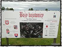 Grunwaldské bojiště s panelem připomínajícím českou účast v boji s Řádem německých rytířů