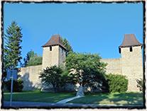 Obnovený památník bitvy u Tachova před hradbami, které pamatují dobývání města v r. 1427