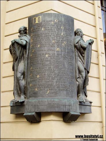 Praha – pamětní deska (k 28. říjnu 1918) se soškou husity na Obecním domě