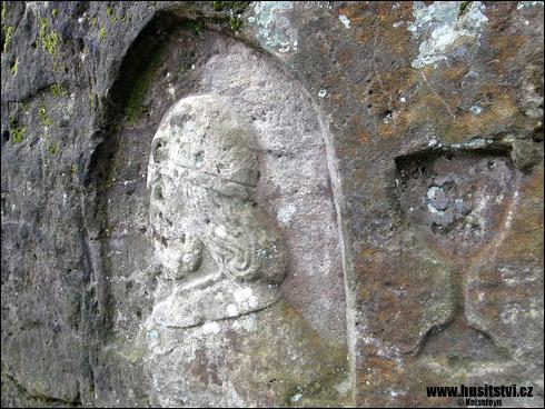 Hrubá Skála tzv. Prachovna – vytesaný Jan Žižka s kalichem