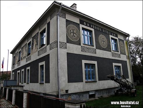 Uhersko - sgrafita na budově obecního úřadu
