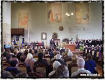 Interiér zaplněného Betléma při výročí znovuobnovení vysluhování podobojí z roku 2014. copyright https://husitstvi.cz