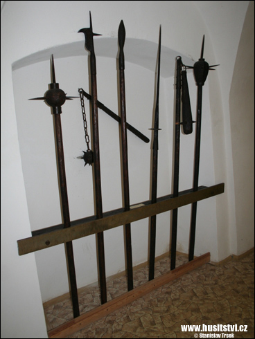 Repliky chladných zbraní v trocnovském muzeu