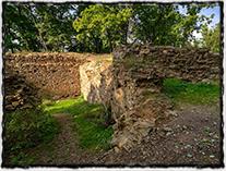 Zřícenina Nového hradu u Kunratic, který si Václav IV. nechal zbudovat po roce 1411 (hrad zanikl během husitských válek)